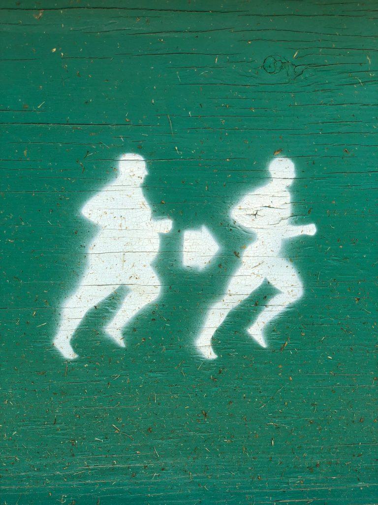 Un segnale mostra un omino corpulento ed uno in forma.