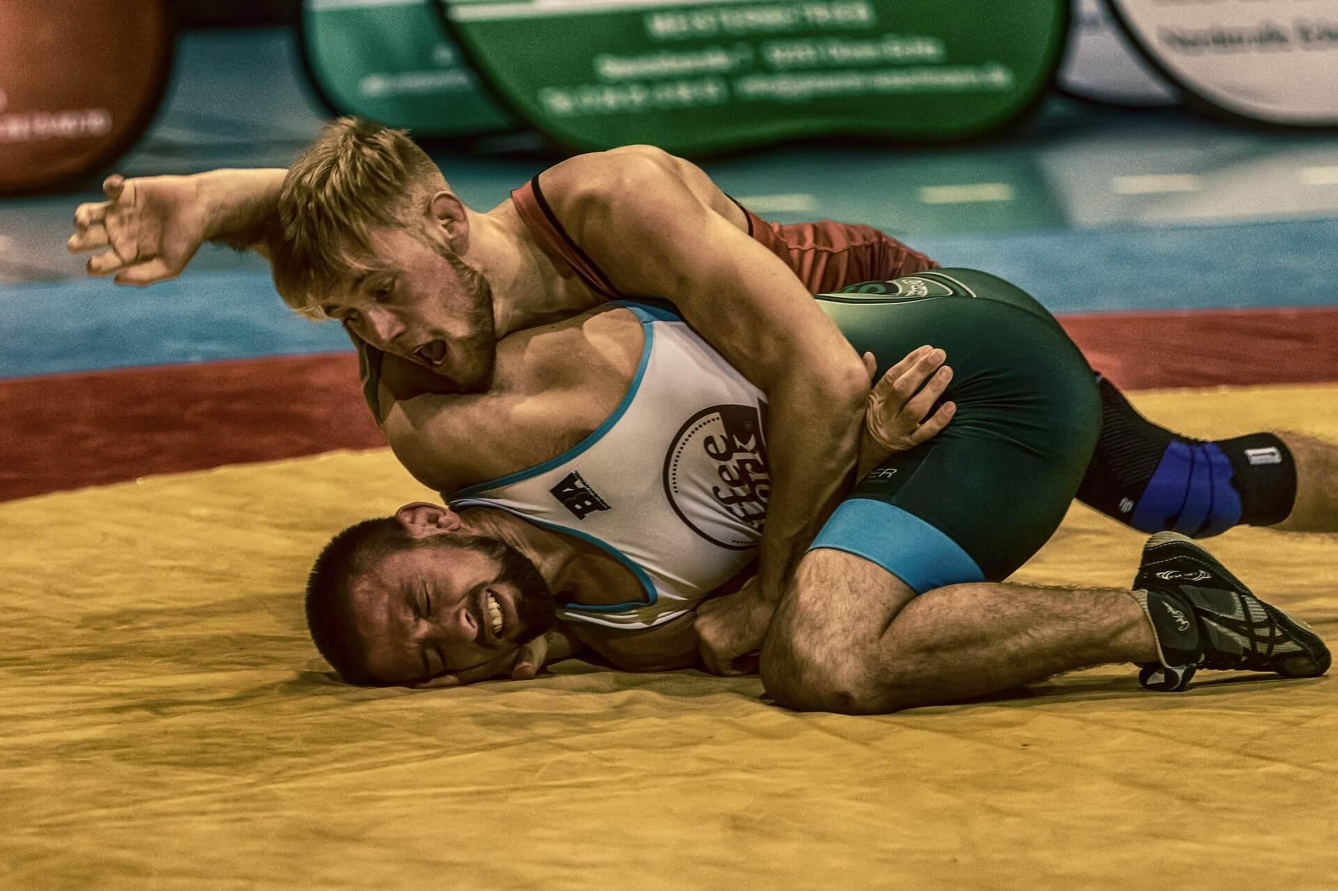 Due wrestler combattono in un incontro sul tatami.